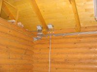 Какую проводку лучше делать в деревянном доме