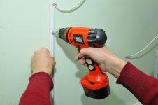 Как крепить короб для проводов к стене