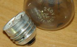 Почему лопнула лампочка