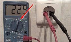Как измерить напряжение в розетке тестером