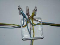 Как соединить электрические провода в распределительной коробке